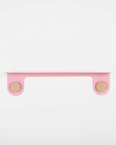 Nástěnná růžová police z oceli s detailem z dubového dřeva se 2 háčky Gazzda Hook, délka60cm